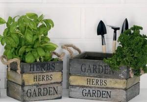 set-de-jardinage-retro-avec-2-cache-pots-en-bois-et-3-outils