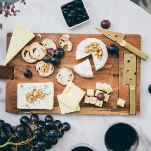 planche-a-fromage-cheeseporn-avec-couteaux-dores-doiy